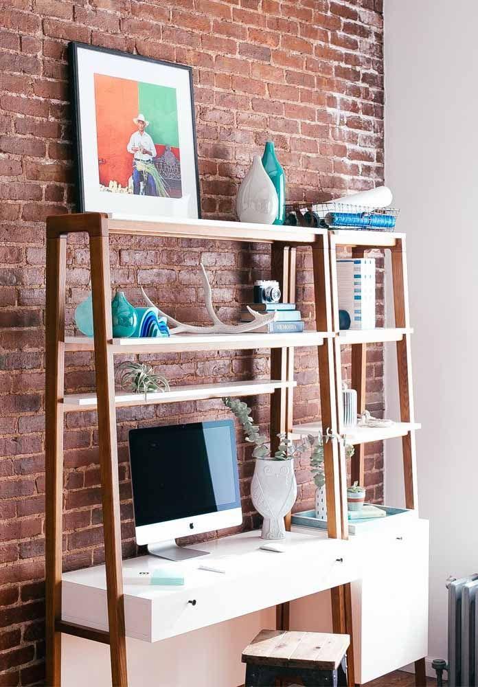 A parede de tijolinhos dá um destaque a mais para a escrivaninha pequena branca