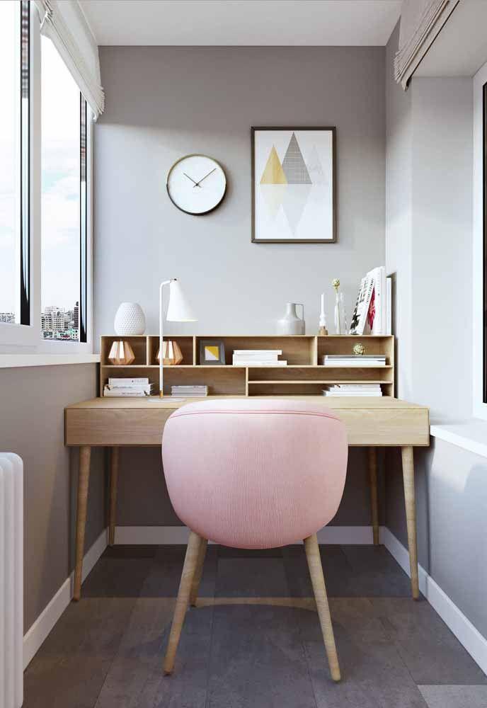 Nichos embutidos na escrivaninha são uma solução prática e bonita para o móvel