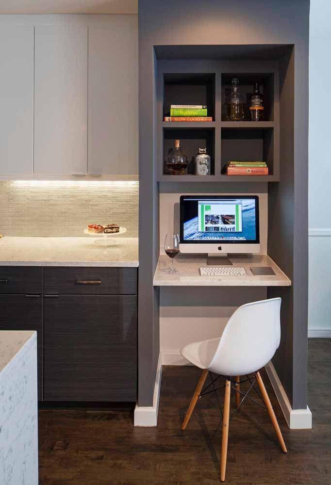 Faça com que a escrivaninha siga as mesmas cores do ambiente assim você não fica com um elefante branco no meio da casa