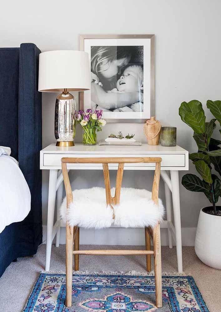 A escrivaninha pequena simples foi valorizada com uma decoração intimista e pessoal