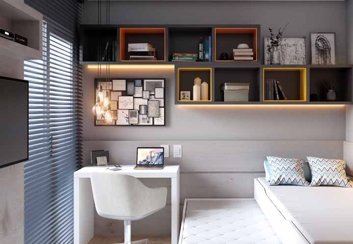 Escrivaninha branca ao lado da cama: perfeita para os momentos de estudo