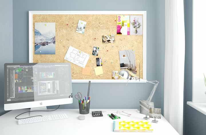 O quadro de cortiça completa com descontração esse espaço de trabalho