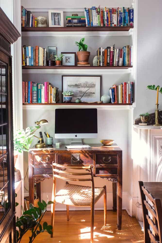 O móvel antigo ganhou um novo uso e se transformou em escrivaninha nessa casa