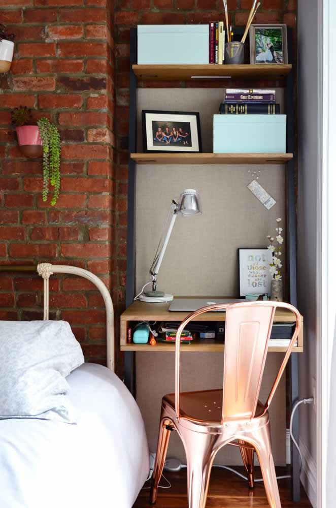 Essa escrivaninha pequena conta com prateleiras próprias para ajudar na organização dos materiais