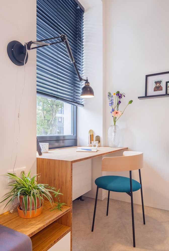 Para aproveitar a luz natural, coloque a escrivaninha pequena junto à janela