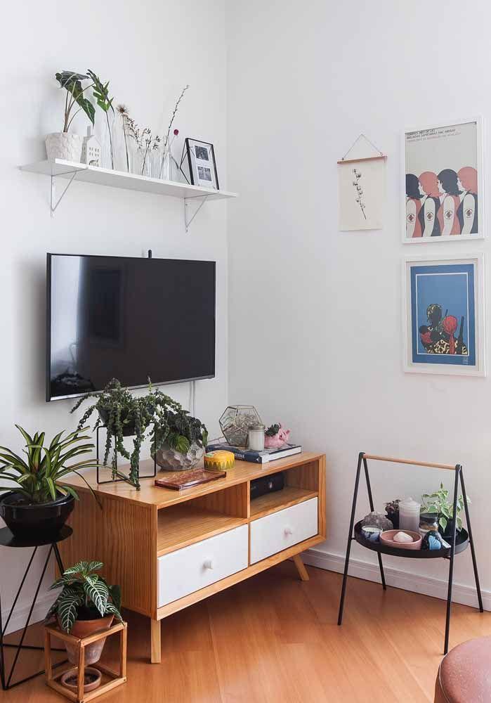Nessa sala, o rack retrô de pés palitos e puxadores bolinha é usado exclusivamente para organizar e expor objetos
