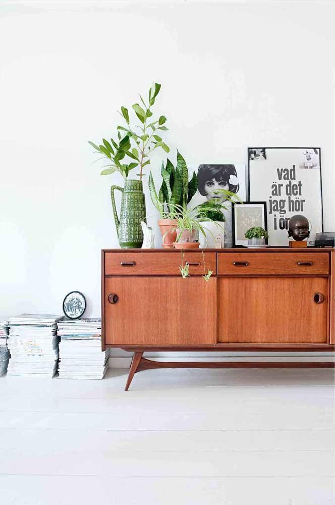 Decore o rack retrô com plantas; elas ficam super bem na proposta de decoração vintage