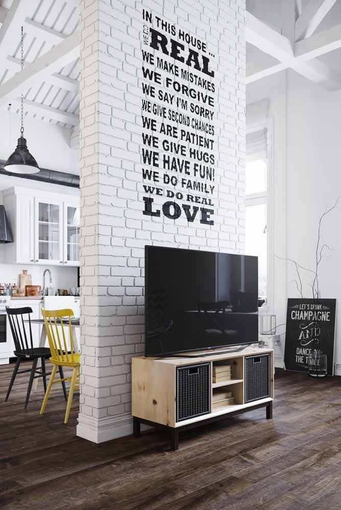 A casa de decoração descontraída apostou em um rack de estilo retrô para apoiar a TV