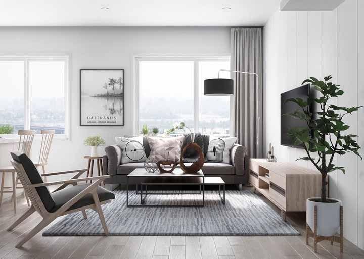 Combine as cores do rack retrô com as cores da decoração da sala, como nessa imagem em que o rack tem a mesma cor da poltrona, das cadeiras e do vaso