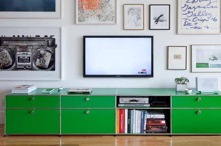 Essa sala apostou todas as suas fichas no rack retrô verde; não tem nada que se destaque mais do que ele na decor