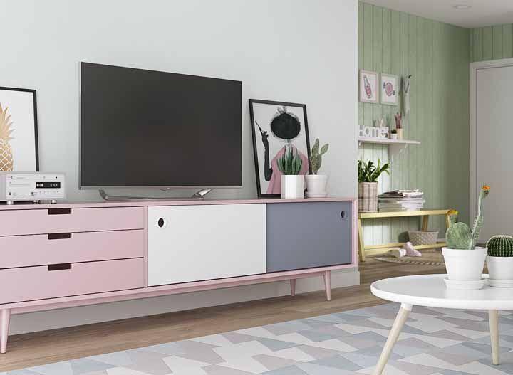 O rack retrô cor de rosa traz um clima romântico e delicado para essa sala