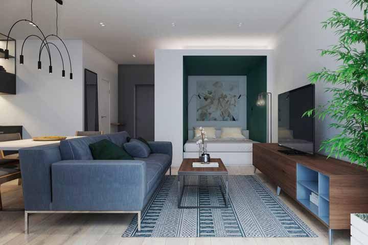 O equilíbrio na decoração dessa sala sóbria e moderna passa pelo rack retrô que tem as mesmas cores do restante da decor