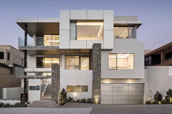 Para uma fachada mais clean, opte por chapas galvanizadas na cor branca
