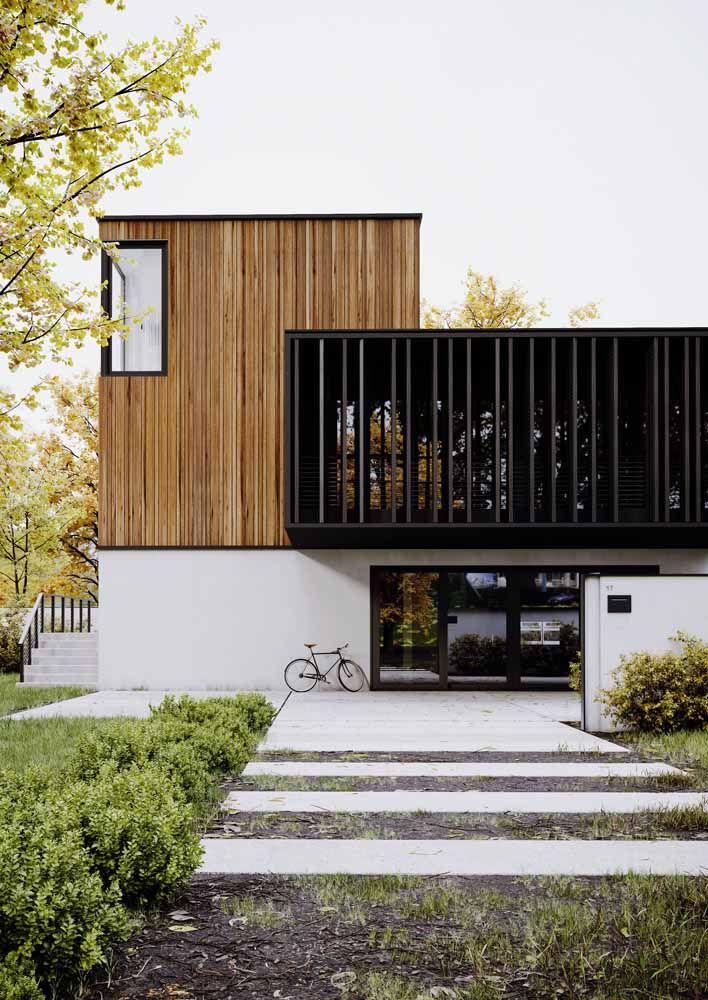 Metal, madeira e pintura: combinação de três revestimentos bem diferentes entre si, mas que juntos deixam a fachada charmosa e moderna.