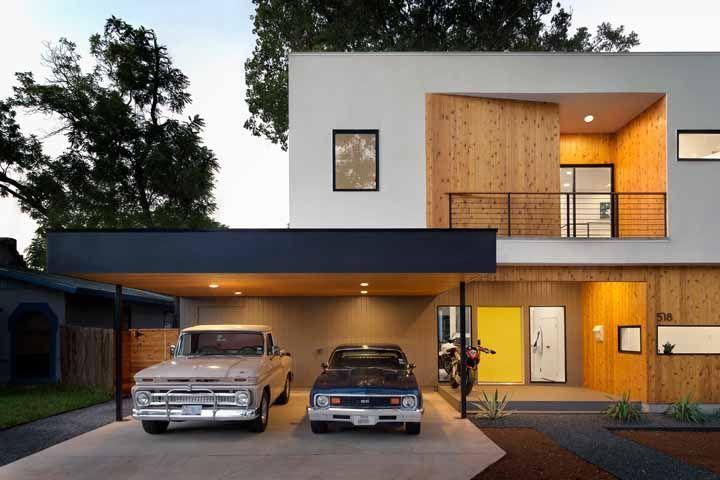 Nessa fachada, a madeira de pinus é a grande estrela