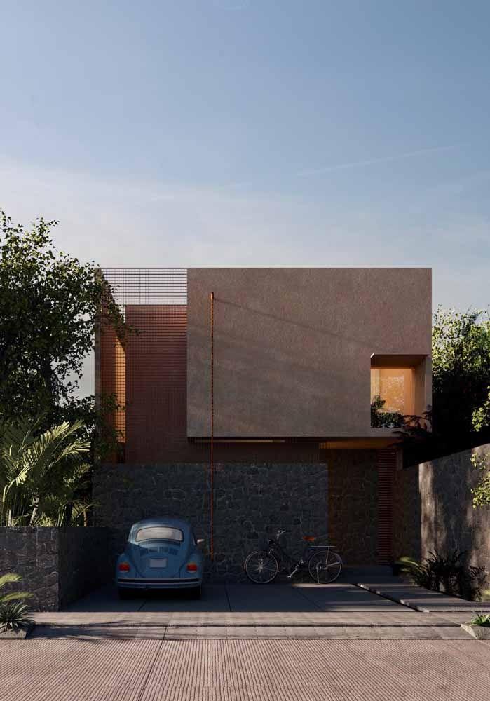 O aspecto enferrujado do aço corten traz modernidade e estilo à fachada da casa