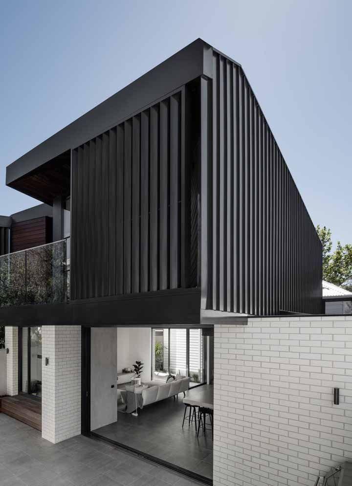 O clássico branco e preto dessa fachada foi formado pelas pastilhas brancas e pela estrutura de metal