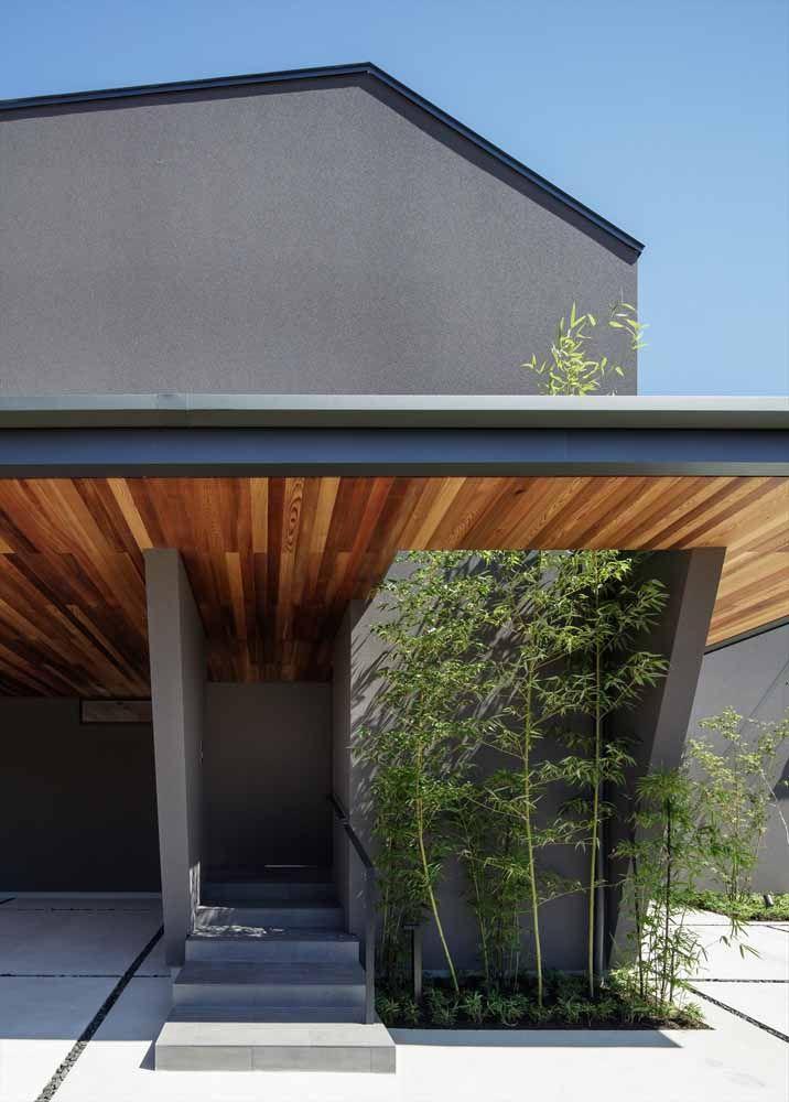 A cor cinza das paredes foi contrastada elegantemente com o forro de madeira