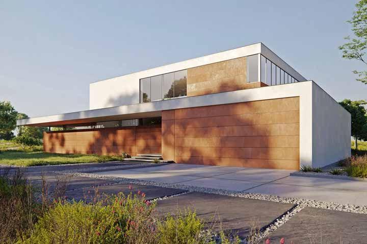 Nessa casa de arquitetura moderna, as placas de aço corten foram usadas em formato de régua