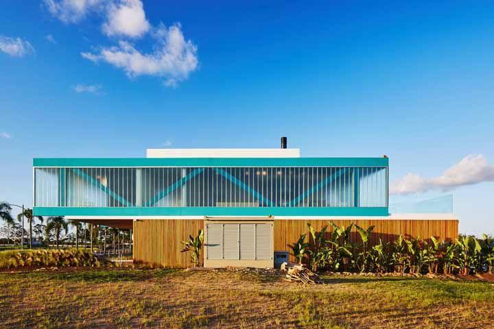 A serenidade do azul foi a aposta para a fachada dessa casa ampla