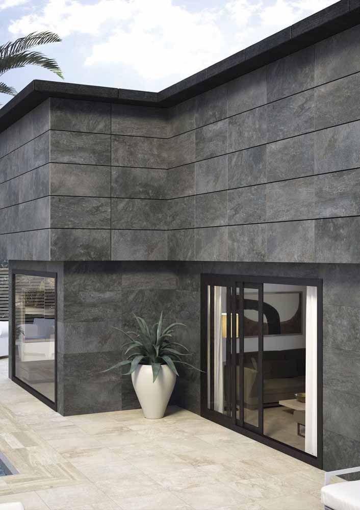 O porcelanato que imita pedra foi o revestimento escolhido para deixar essa fachada moderna e elegante