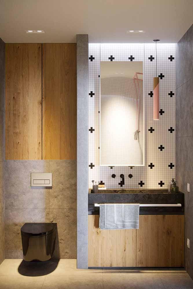 O banheiro com azulejo de estampa escandinava apostou em apenas um detalhe cor de rosa: a luminária