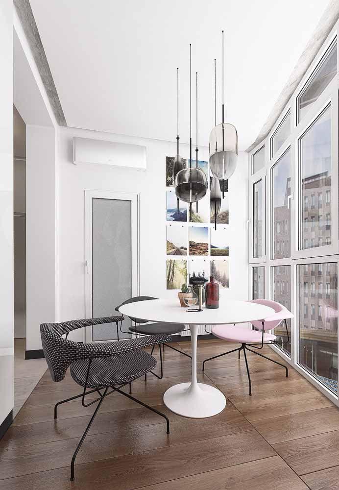 Cadeira rosa traz um toque pessoal e de estilo à decoração neutra
