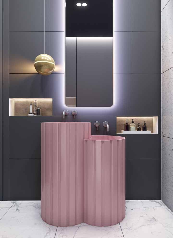 Banheiro moderno apostou na combinação entre rosa e cinza