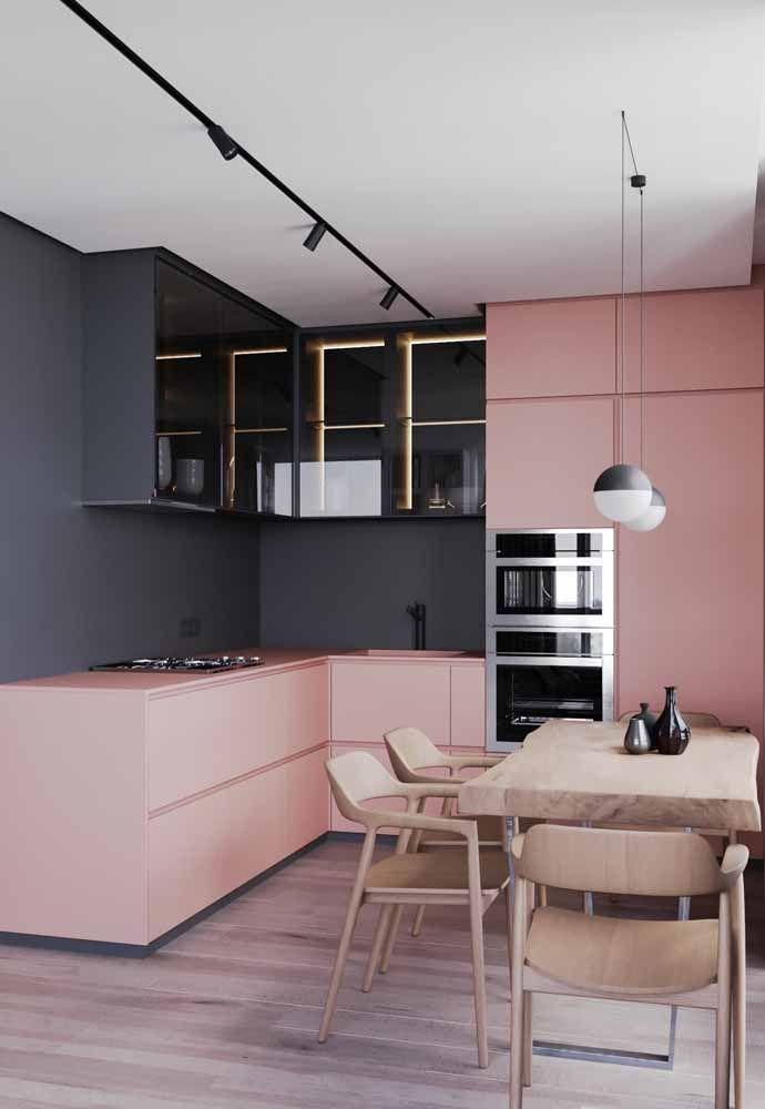 Uma cozinha rosa que não tem nada de menininha; pelo contrário, as linhas retas dos móveis e a combinação com o preto deixaram o ambiente em uma harmonia perfeita entre cor e sobriedade