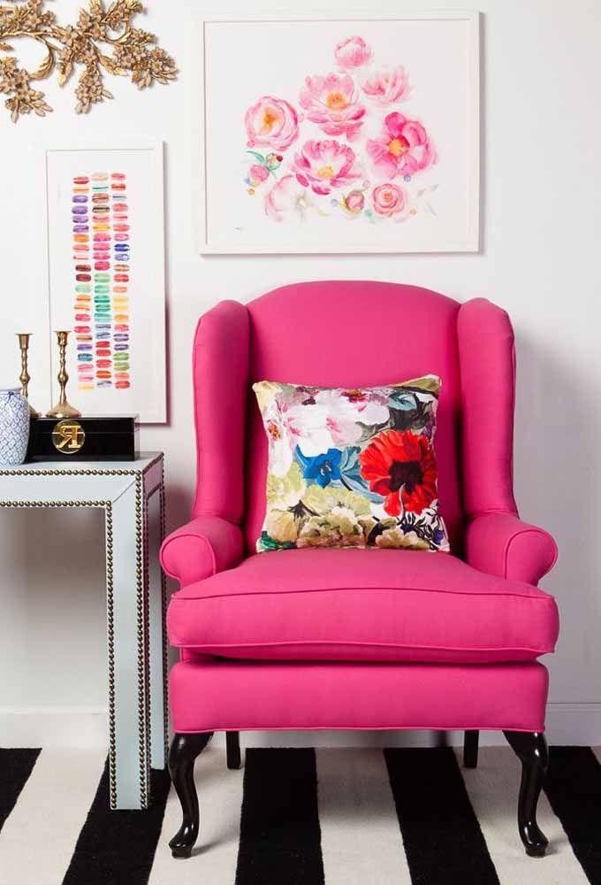 A poltrona de estilo vitoriano ganhou ares de ousadia e estilo com o estofado rosa choque