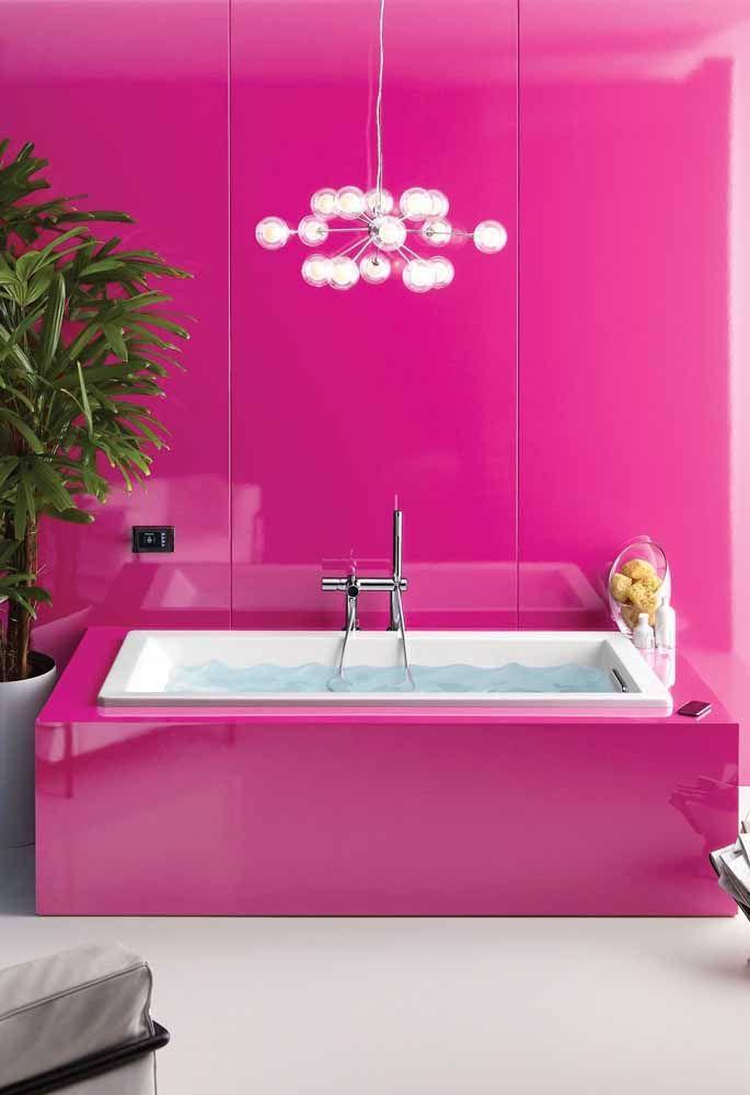 Banheira e parede revestidas em laca na cor fúcsia; pode não ser um projeto para todo mundo, mas que é ousado isso é, sem dúvida