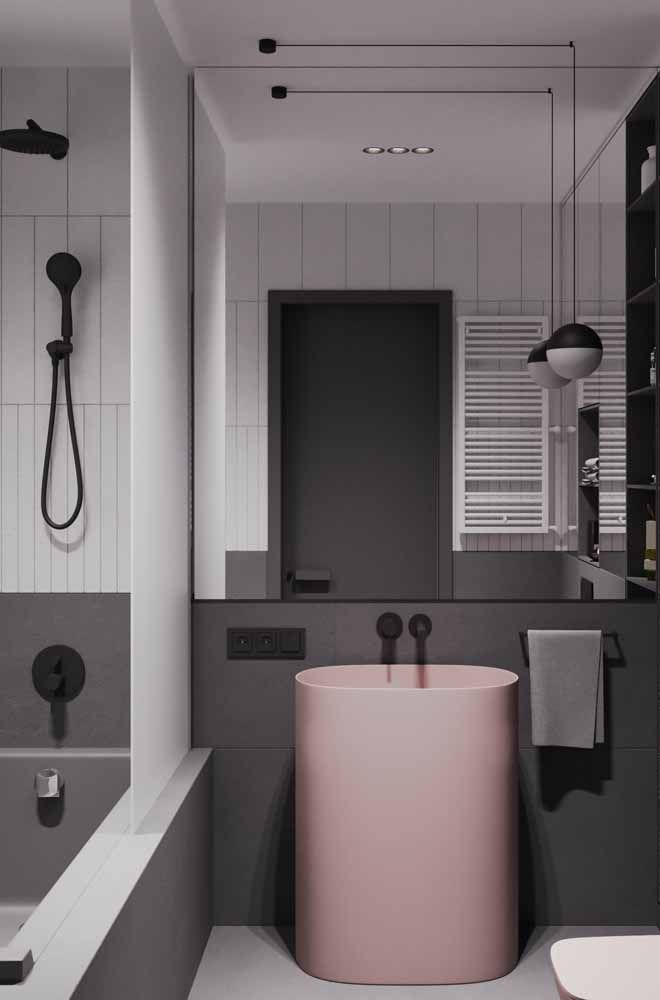 Banheiro preto e cinza apostou no uso do rosa claro como elemento de destaque e contraste