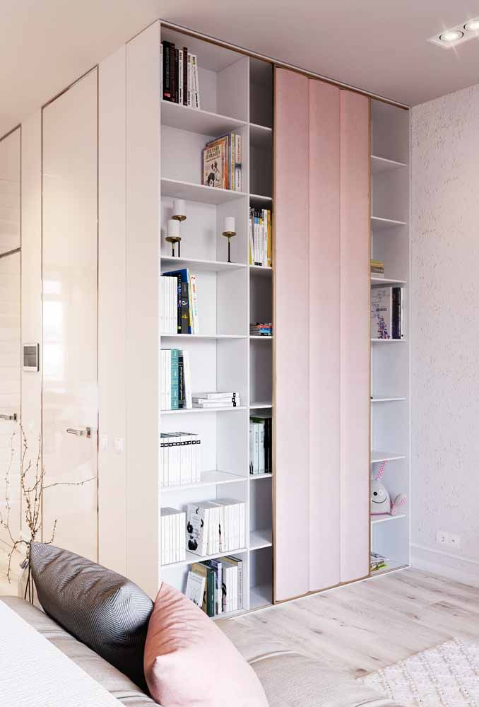 Nessa sala, o rosa suave foi usado na porta de correr da estante