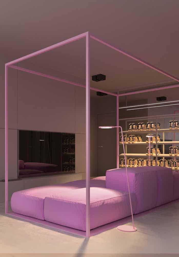 Uma cama toda cor de rosa e com direito a iluminação especial