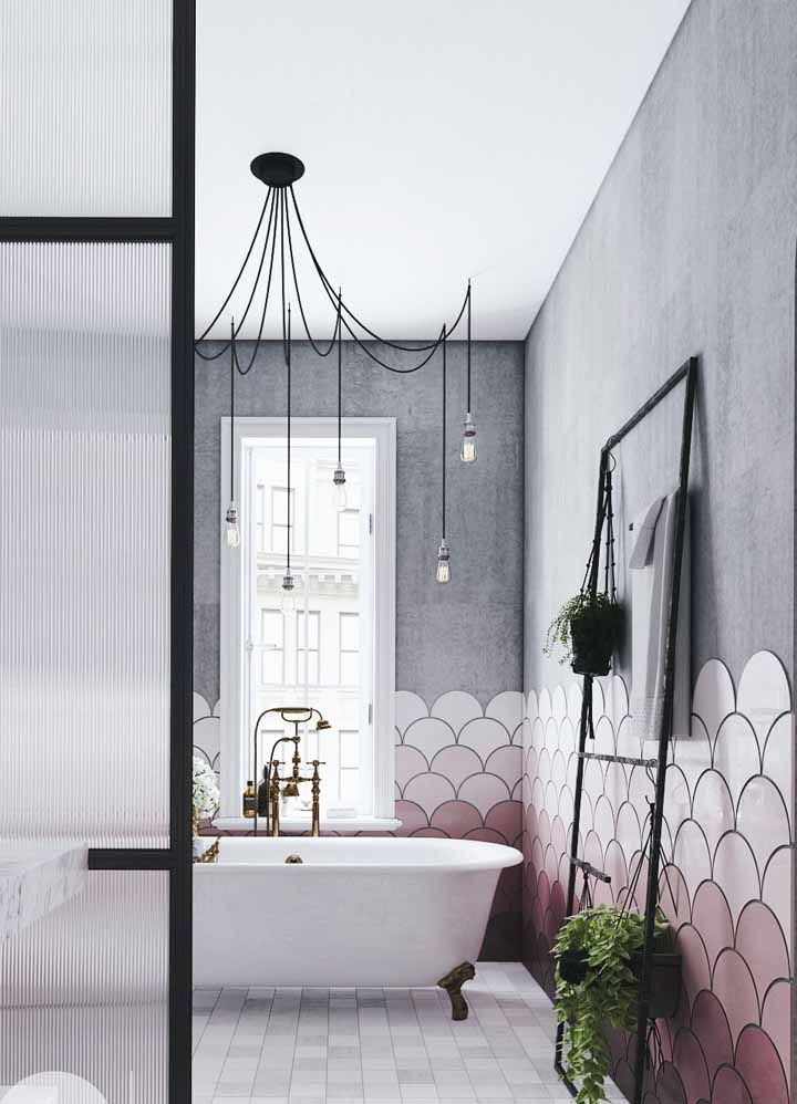 Degradê de tons de rosa no azulejo, o cinza complementa o restante da parede