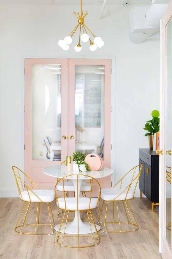 Já numa proposta com móveis de estilo retrô, o romantismo do rosa é inegável