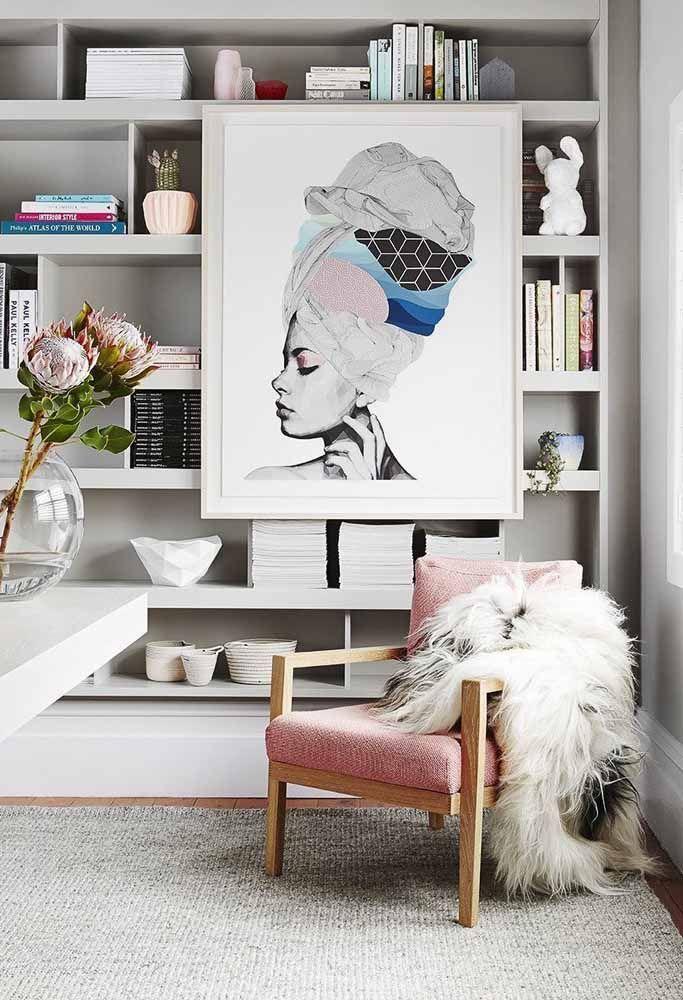 A poltrona rosa traz uma leve delicadeza para essa sala moderna e clean