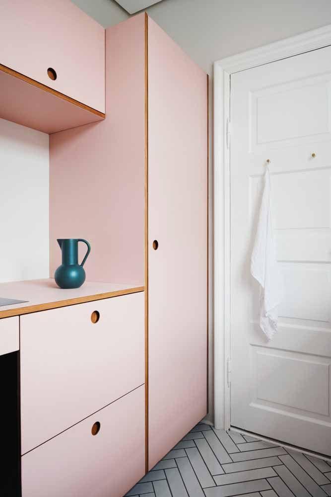 Nessa cozinha rosa, a jarra azul é o ponto focal