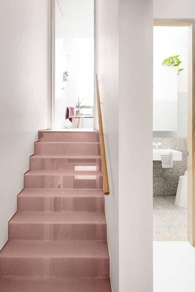 Escada feita com tela aramada cor de rosa: diferente na cor e no material