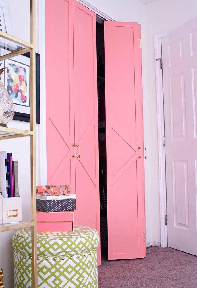 Nesse quarto o tom mais quente e marcante de rosa foi usado para colorir as portas do closet