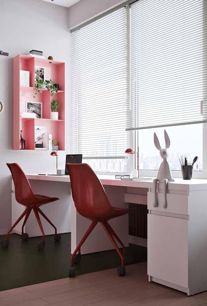 Para quem tem muita certeza do que quer pode optar por essa combinação: nicho cor de rosa, cadeiras vermelhas e piso verde
