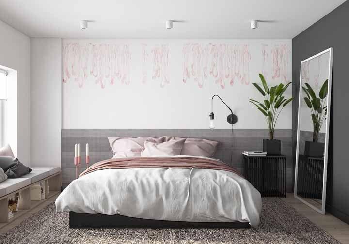 Rosa nos detalhes: nesse quarto a cor aparece em pequenas doses sobre a cama, na parede e nas luminárias