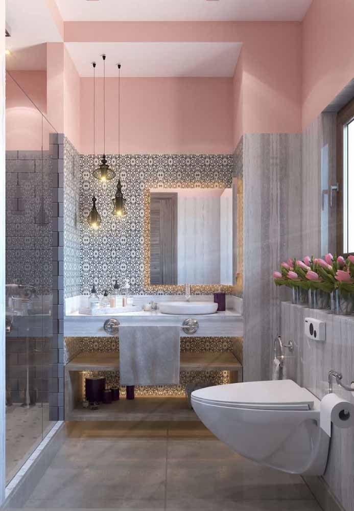 Aqui nesse banheiro o rosa também é destaque, mas ao ser utilizado em conjunto com o cinza e o dourado a aura infantil e romântica perde o fôlego