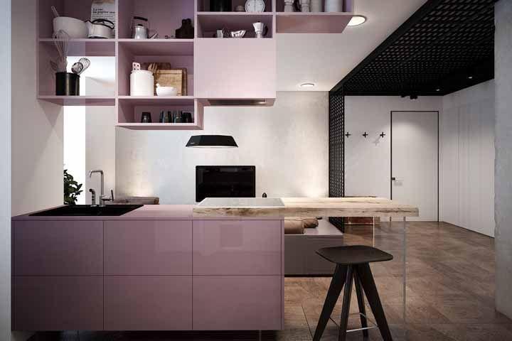 Revestimento em laca deixa o rosa ainda mais destacado na cozinha