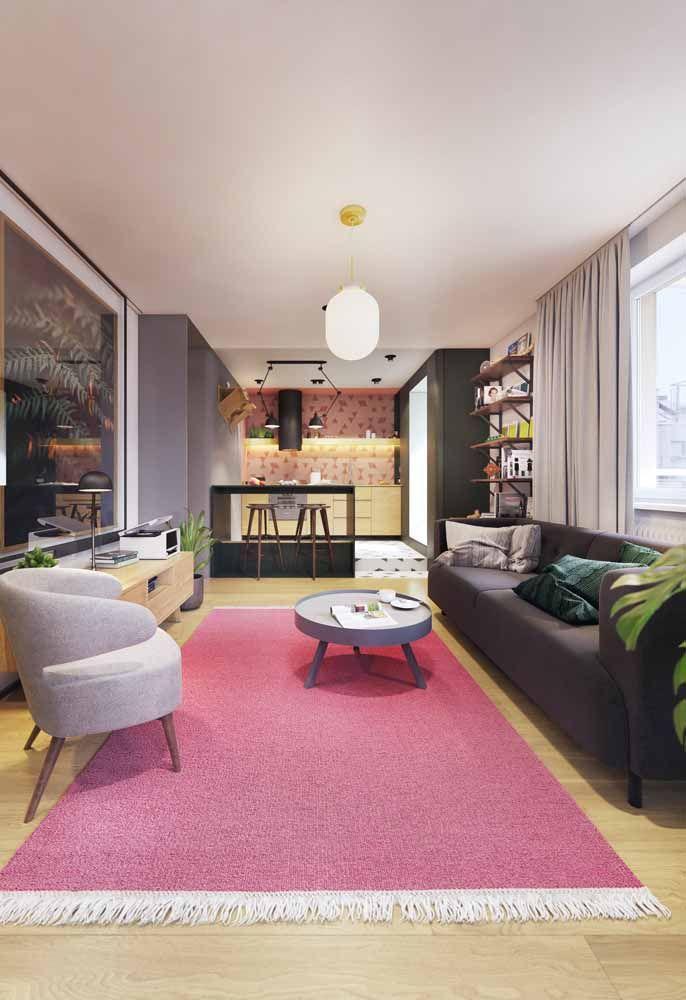 Sala moderna com tapete cor de rosa: precisa de muita personalidade para investir em algo assim