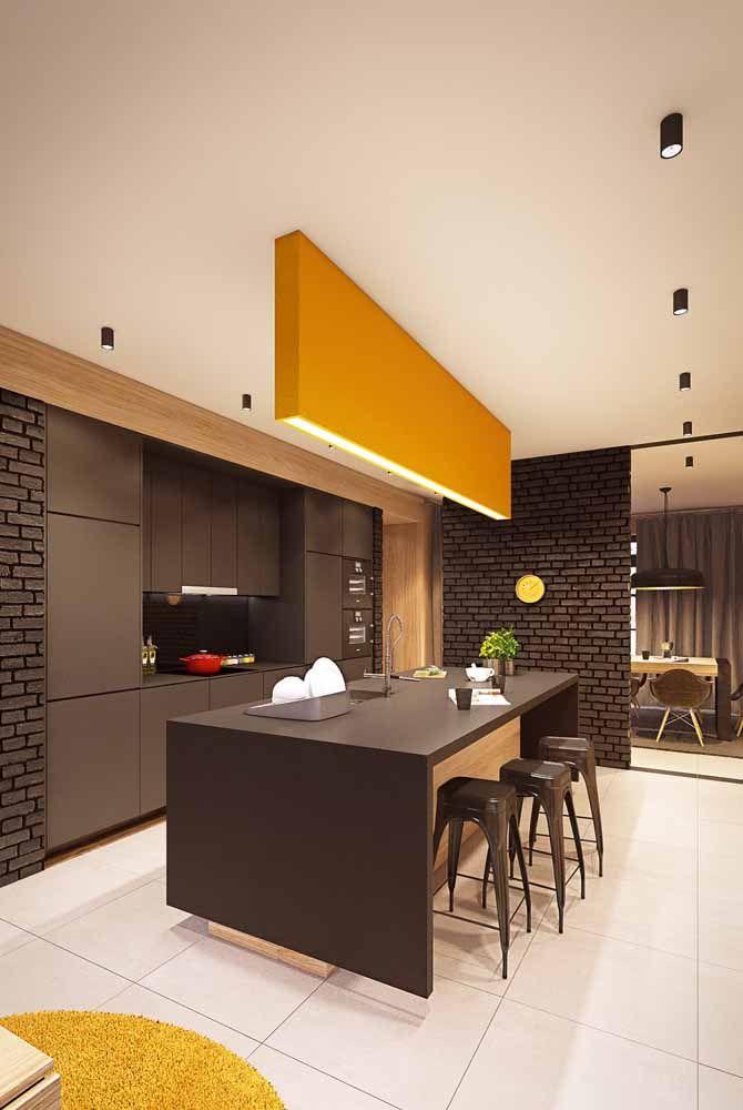 O amarelo carregado de vermelho, em um tom fechado, quase ocre, pode ser a solução ideal para quem busca por uma decor mais sofisticada