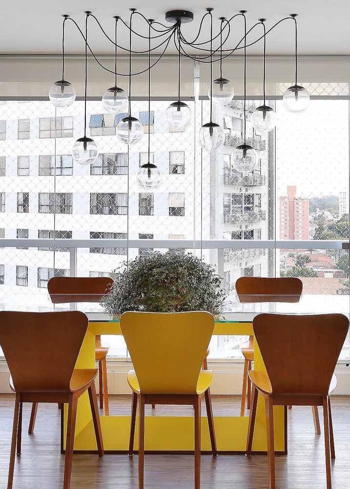 Madeira e amarelo: uma combinação convidativa, ideal para sala de jantar