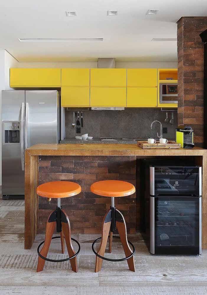 Decorações rústicas e industriais são um prato cheio para o amarelo; repare como a cor se destaca no ambiente