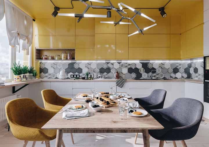 Do móvel para o teto: o amarelo não conteve sua influência nessa cozinha