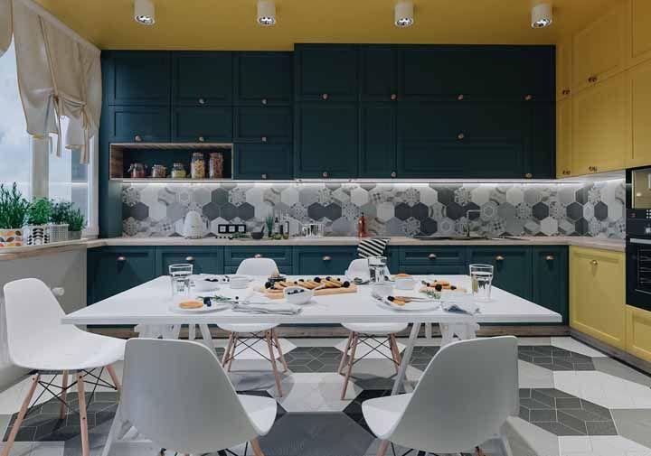 Para os mais ousados, essa é uma ótima opção: armários azul e amarelo para a cozinha